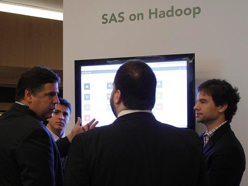 SAS Data Management Forum - Durante o break, participantes assistem à demonstrações das soluções de Data Management para Hadoop e soluções de Business Intelligence.