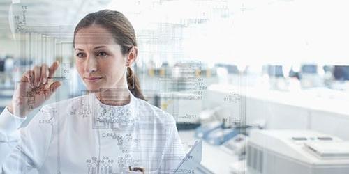 Frau schaut auf einen Bildschirm