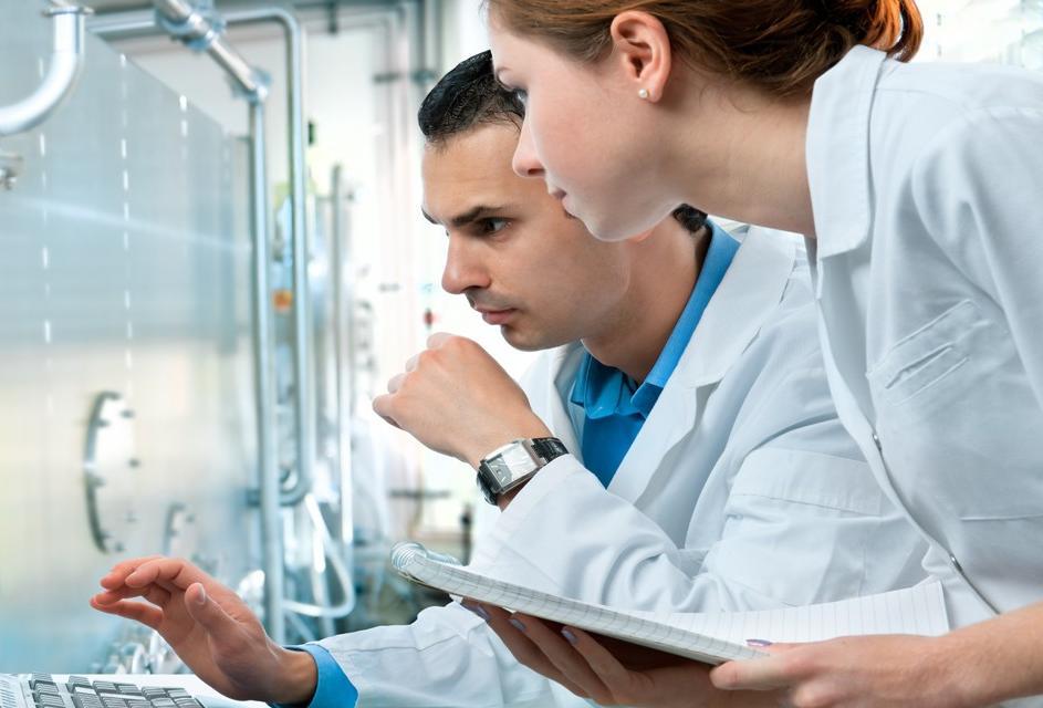 Wissenschaftler mit Computer bei der Arbeit im Labor