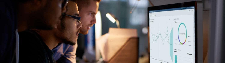 Drei Kollegen mit SAS Visual Analytics auf SAS Viya