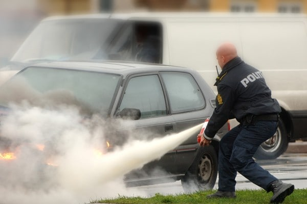 Danish-police-officer-extinguishing-car-fire-600x400