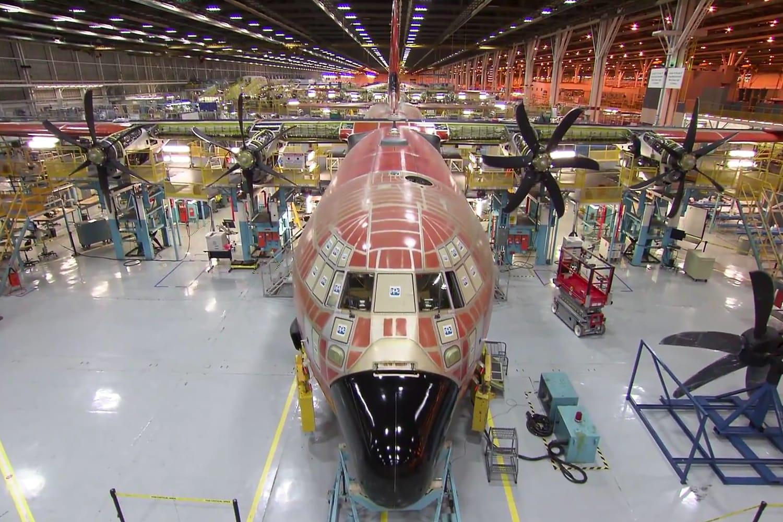 Avión C-130 Hercules en proceso de mantenimiento