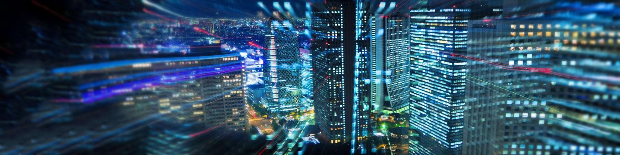 Vue sur les gratte-ciels d'une ville de nuit
