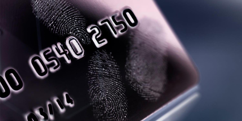Primo piano di impronte digitali sulla carta di credito