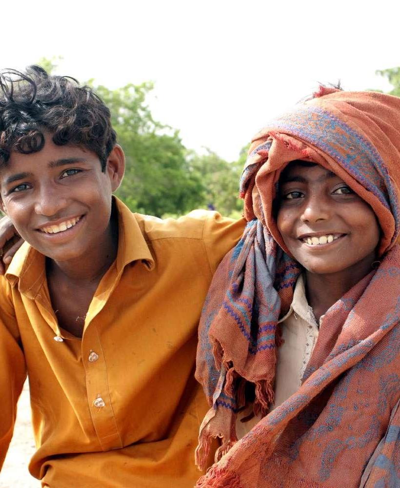 笑顔でハグをしている難民の少年たち