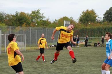 サッカーを楽しんでいるSAS社員たち