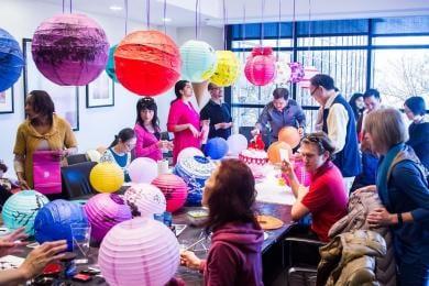 中国暦の新年のためにランタンをデコレーションしているSAS社員たち