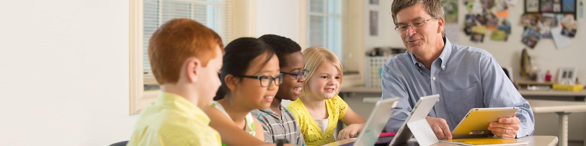 デジタル・カリキュラムを復習する生徒と教師