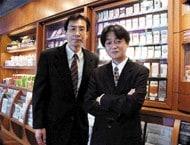 写真右より: 日本たばこ産業株式会社 たばこ事業本部 物流部  武市朝裕氏 課長 渡辺敏信氏