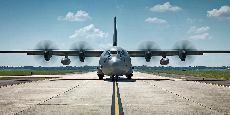 滑走路を走行中のC-130航空機
