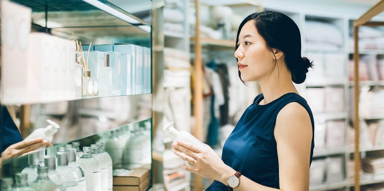 店舗の棚で商品を見ている女性