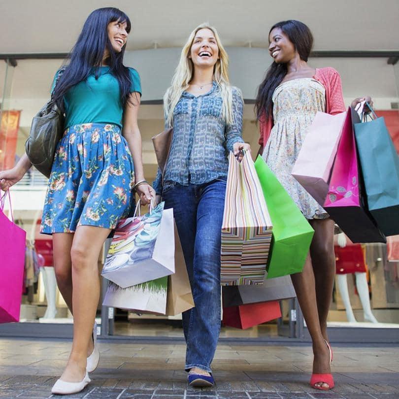 買い物袋を手に歩いている女性たち