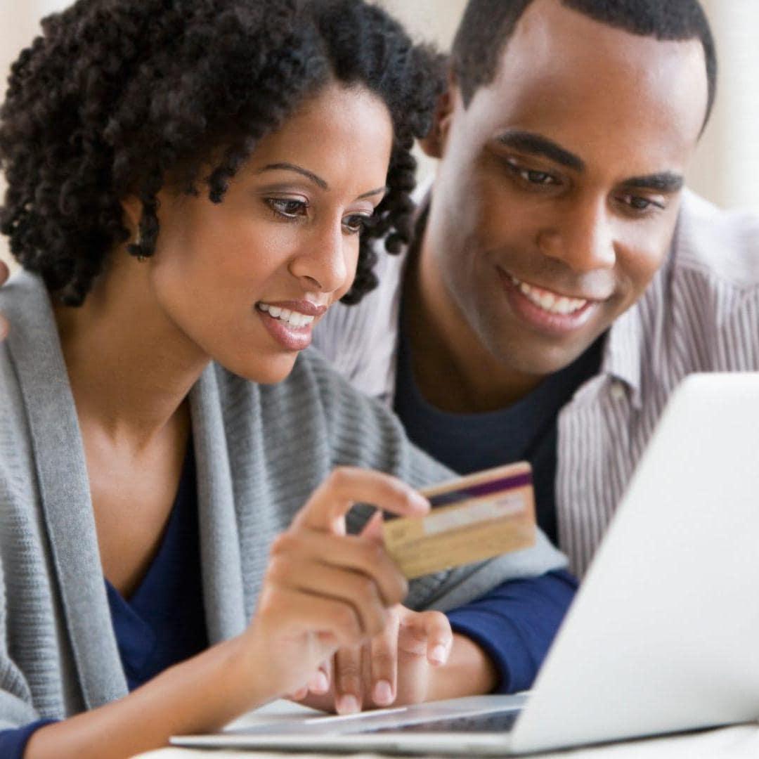 オンラインで買い物をしているカップル
