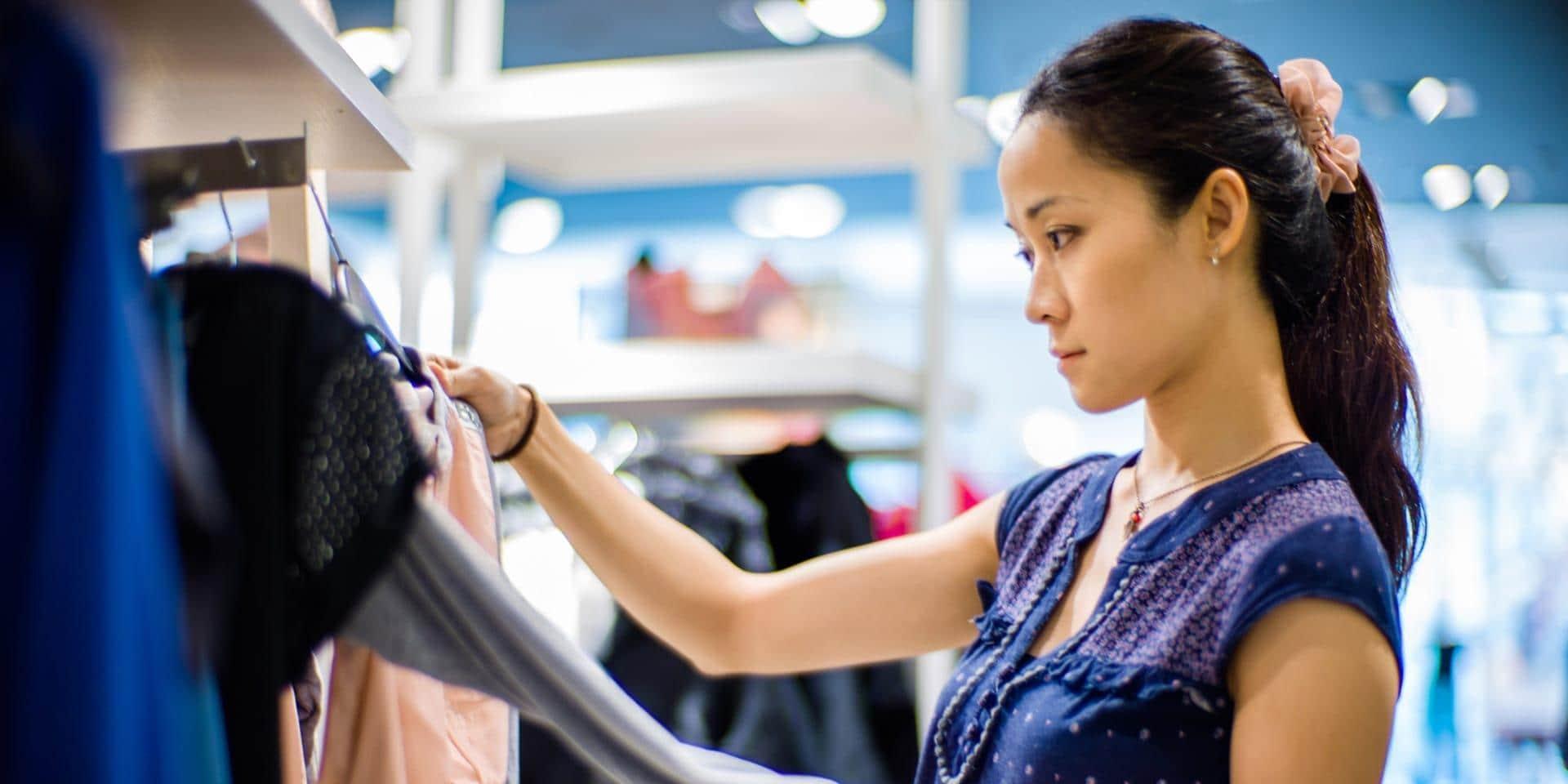 衣類をショッピングしている女性