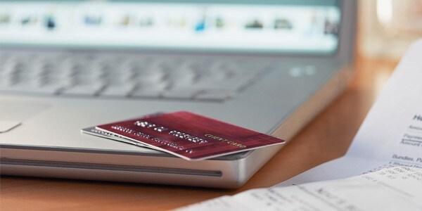 ノートPCの角に置かれているクレジットカード