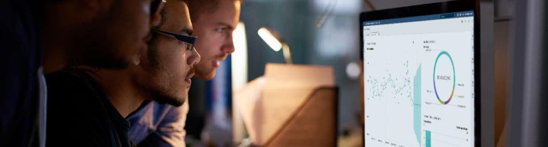 SAS Viya 기반 SAS Visual Analytics를 보고 있는 세 동료