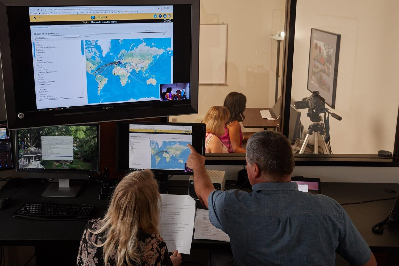 Grupa projektantów ogląda dane na laptopie