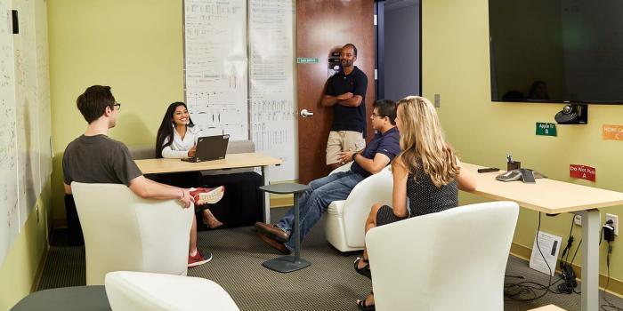 Pracownicy SAS rozmawiają ze sobą wcentrum projektowania oprogramowania