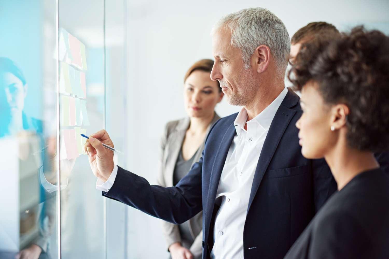 Rolą nowoczesnego CIO (dyrektora ds. informatyki) jest z jednej strony większe zaangażowanie w tworzenie strategii biznesowej, a z drugiej – umiejętne dostosowywanie ekosystemu usług IT do zmieniających się uwarunkowań i potrzeb organizacji. Zadaniem specjalisty na tym stanowisku jest również zsynchronizowanie strategii IT z ogólną wizją przedsiębiorstwa. Wymaga to doskonałej znajomości najnowszych technologii, sposobów ich implementacji oraz świadomości korzyści biznesowych, które mogą zapewnić. SAS, lider analityki biznesowej, dołączył do CIONET, największej międzynarodowej społeczności menedżerów IT, aby dzielić się wiedzą i wspierać dyrektorów ds. informatyki w dążeniu do innowacyjności. ( 15 lutego 2018 r. ) - W dobie cyfrowej transformacji rola działów IT dynamicznie ewoluuje. Mogą one pełnić funkcję dewelopera materializującego pomysły biznesu, integratora wbudowującego nowe produkty w istniejące struktury lub administratora utrzymującego ciągłość i spójność operacji biznesowych. Rośnie również pozycja zaufanych partnerów technologicznych, bez wsparcia których rozwój firm jest praktycznie niemożliwy. Ważną rolę zewnętrznych dostawców usług IT potwierdzają dane organizacji badawczej MIT CISR, współpracującej z CIONET, z których wynika, że firmy przeznaczają aż 60% budżetów IT na zewnętrzne innowacje. Wpływa to m.in. na zwiększenie spektrum prowadzonych projektów, wśród których coraz większe znaczenie mają innowacyjne zastosowania zaawansowanej analityki. W badaniu przeprowadzonym przez CIONET w Polsce aż 80% szefów IT wskazało, że obszar analizy danych będzie najistotniejszym dla ich firm w 2018 roku z punktu widzenia prowadzonych inwestycji.  Budowa organizacji w oparciu o dane Poza zaawansowaną wiedzą technologiczną i odpowiednim doborem partnerów, nie mniej istotne są konsultacje z organizacjami zrzeszającymi specjalistów z danego obszaru, wymiana informacji i doświadczeń. CIONET spełnia te warunki, udostępniając platformę kontaktu dla dyrektorów ds. inform