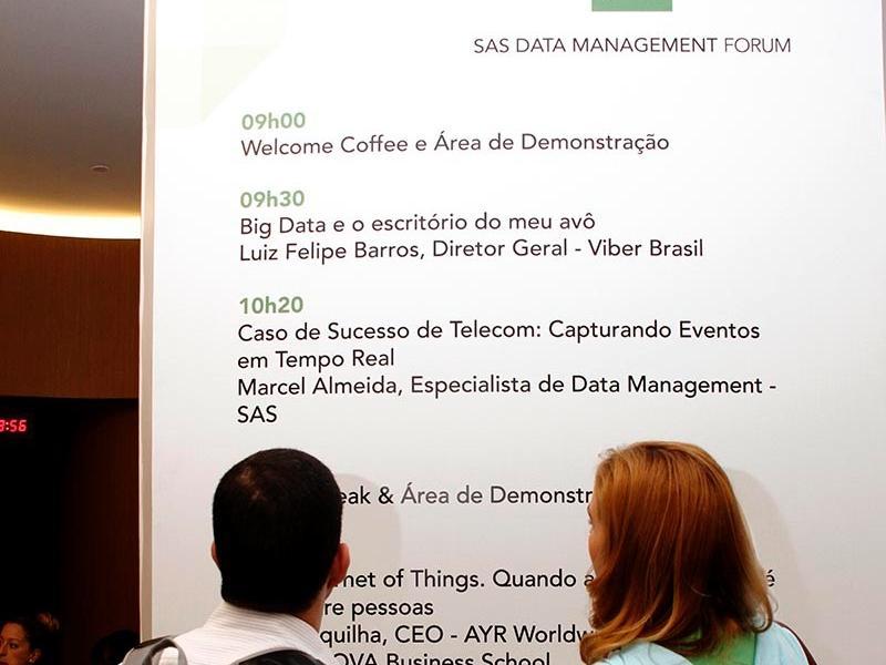SAS Data Management Forum - Participantes tem a agenda do evento a disposição em um grande painel na área de break.