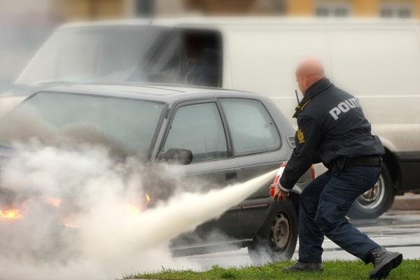 Danish-police-officer-extinguishing-car-fire-600x400