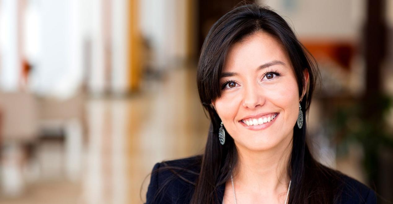 Headshot деловой женщины, улыбаясь в офисе