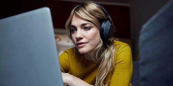 Человек сидит в кресле и работает на ноутбуке