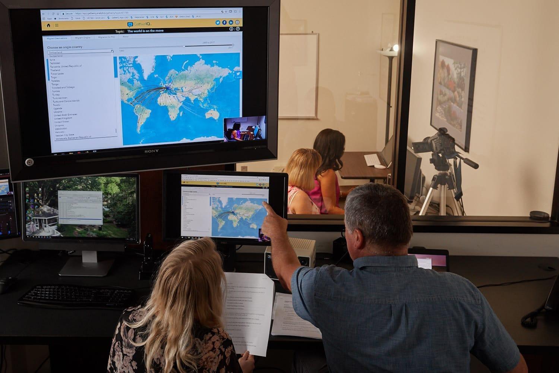 Разнообразная группа дизайнеров изучает данные на ноутбуке