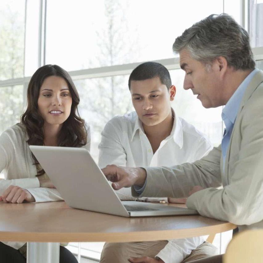 看笔记本电脑的三位中型银行同事