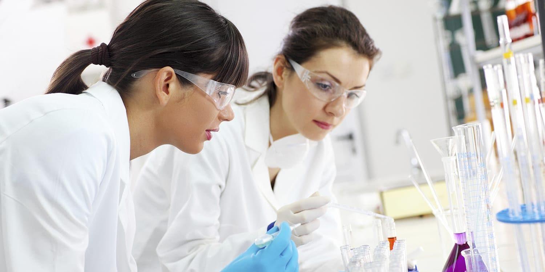 在实验室中工作的科学家