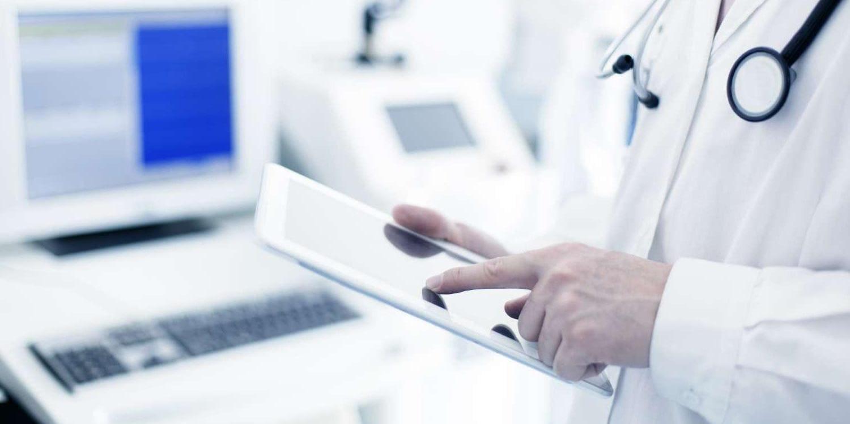 正在使用平板设备的医生