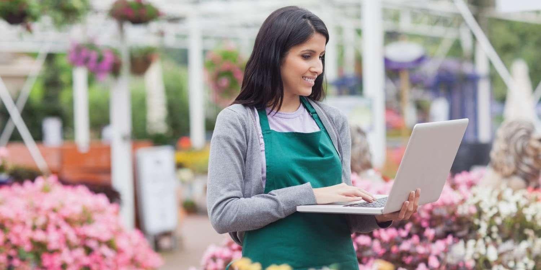 在园艺中心使用笔记本电脑的女性