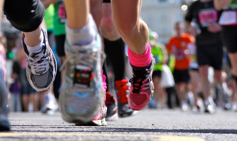 比赛中跑步者脚部视角