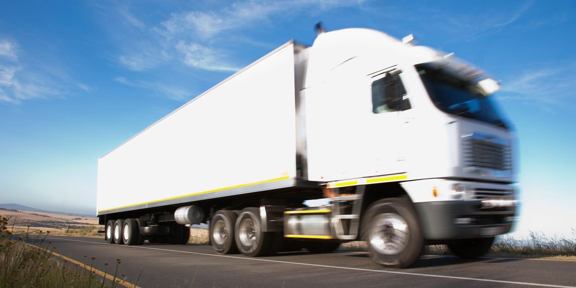 高速公路上的大型牵引拖车