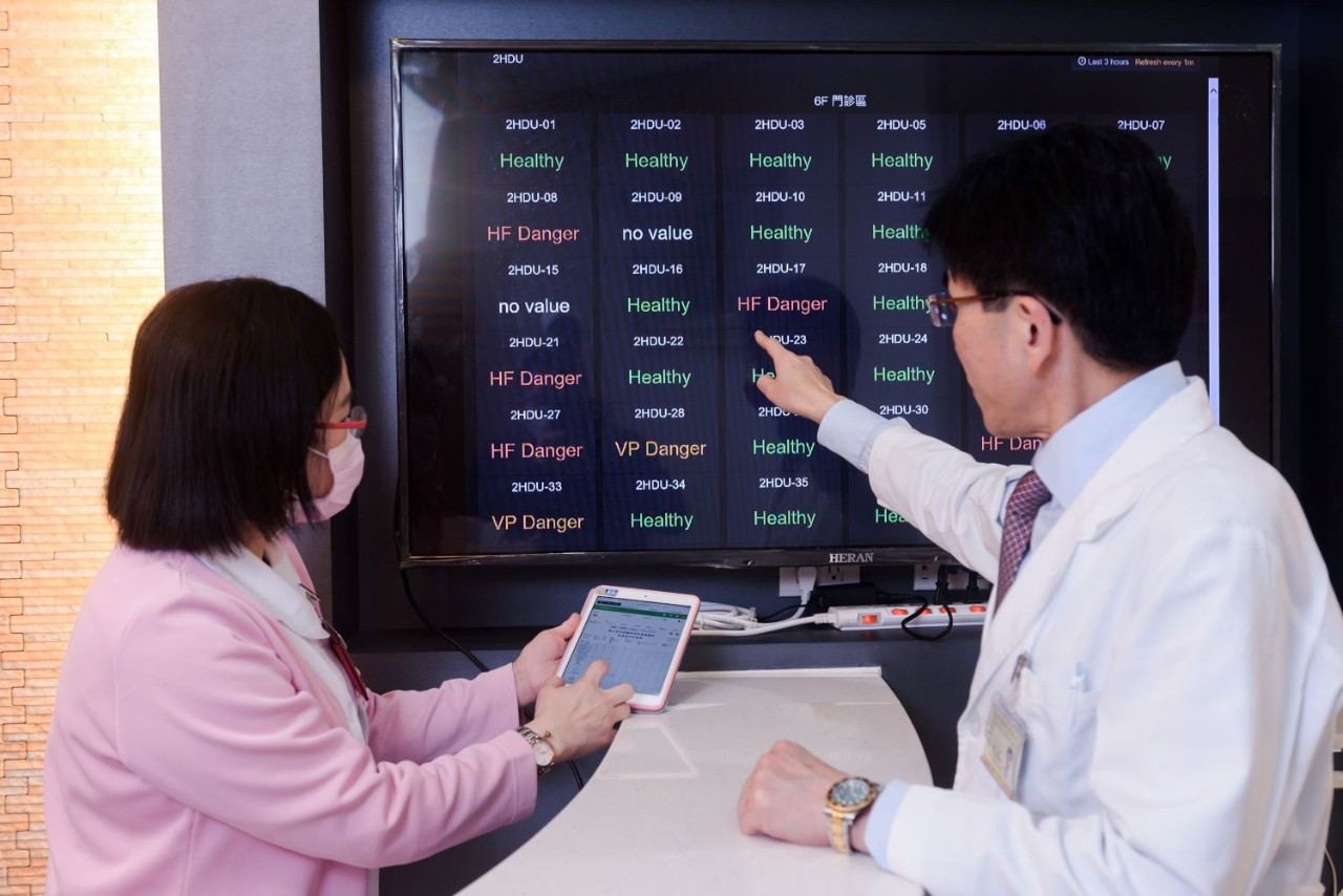 TVGH doctor using sas ai model to check on patients