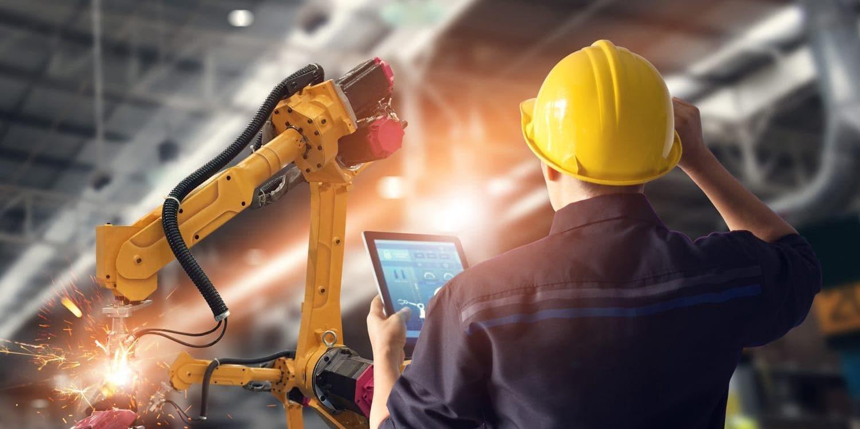 在制造环境中使用平板设备的男士