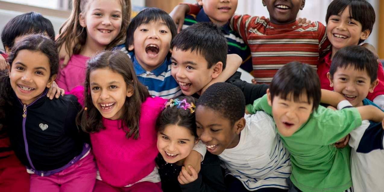 孩子们聚集在一起